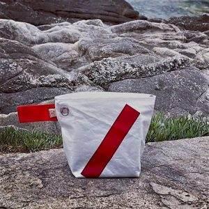 trousse en voile recyclée barré rouge avant
